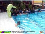 Menumbuhkan Keberanian, Tanggung Jawab dan Kemandirian Siswa dengan Berenang